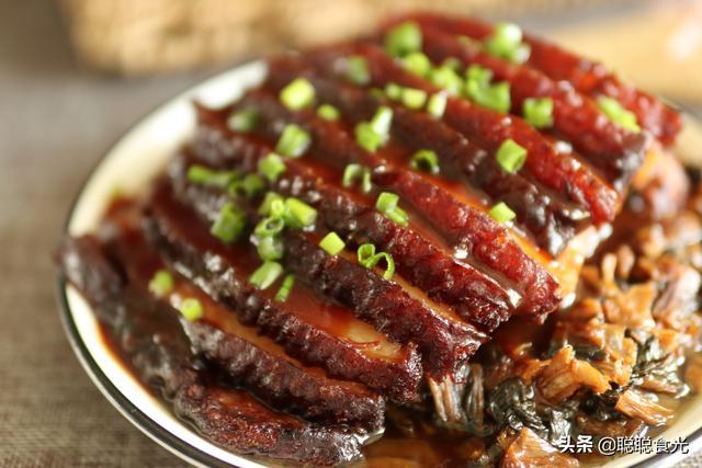 """梅菜扣肉怎么做,过年做梅菜扣肉,谨记""""1炸2泡3蒸"""",扣肉红润油亮,香而不腻"""