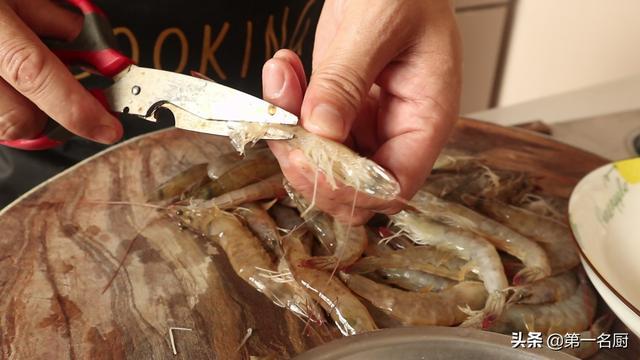 虾的正确吃法,这才是蒜蓉大虾的正确做法,蒜香入味吃着过瘾,上桌大家抢着吃