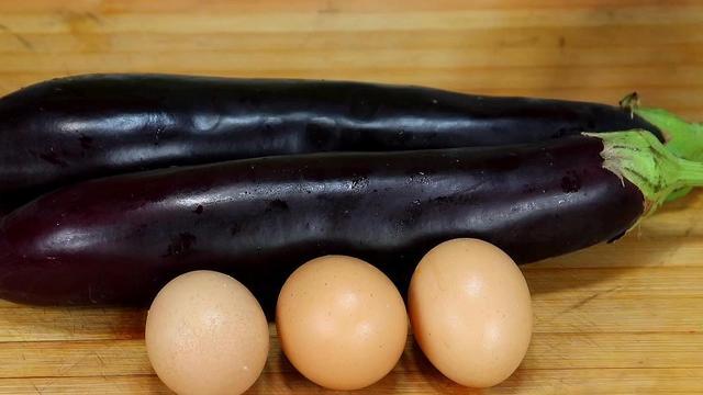 茄子简单的做法,2个茄子3个鸡蛋,不用炒,不用炸,出锅比吃红烧肉还香