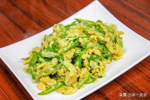 炒鸡蛋的做法,厨师长教你青椒炒鸡蛋家常做法,鸡蛋全都裹在青椒上,好简单啊