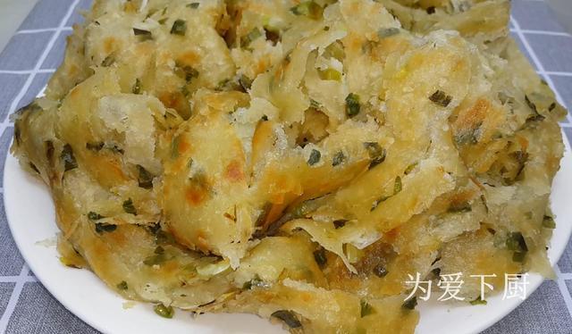 葱花饼的做法,葱油饼这样做才简单,撒半斤葱花,外焦里软又多层,比手抓饼还香