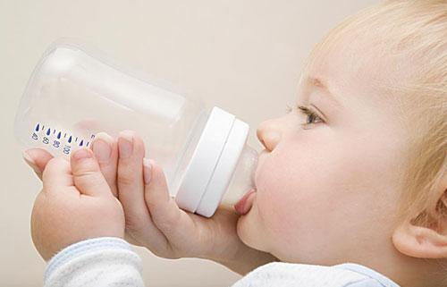 婴儿冲奶粉水温,给孩子泡奶粉,太凉太烫难掌握?记住这个温度最合适