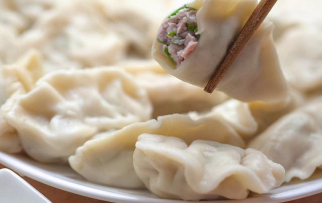 冻饺子的吃法,煮冻饺子,直接下锅是大错!饺子馆教你一招,不开裂不破皮,好吃