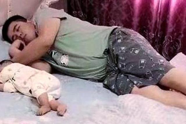 """小婴儿逃出系列2,""""慌张爸爸""""火遍全网,惊醒后摸脚丫、探鼻息,网友:娃还活着呢"""