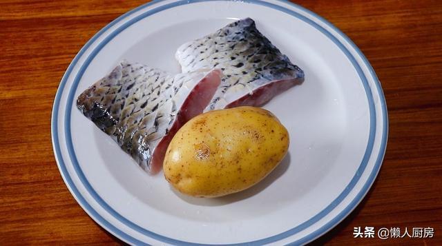 炸鱼块怎么做酥脆好吃,这是陈皮糖醋鱼块的做法,鱼肉吸收了满满的酱汁,吃起来非常酥