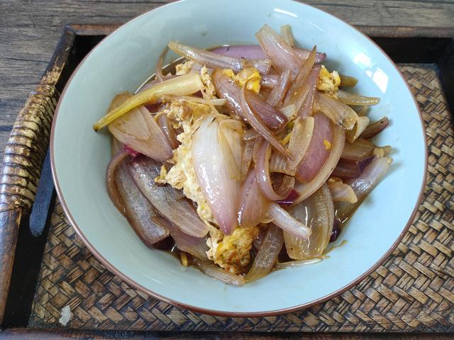 洋葱的吃法,春天,记得多吃洋葱,加个鸡蛋简单一炒,清脆又入味