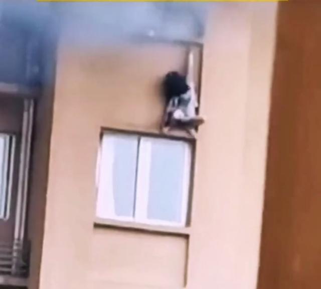 重庆住宅起火23岁女子坠亡!事发地离消防队390米 全球新闻风头榜 第1张