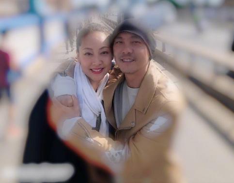 张卫健时隔5百天见老婆!幸福得像拥抱新疆棉花,脚上还穿国产鞋 全球新闻风头榜 第4张