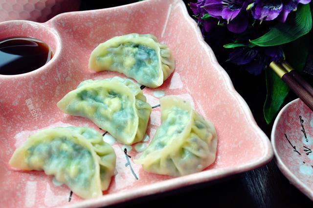 蒿的吃法,三月减肥这样吃,茼蒿馅饺子,极鲜的味道,极佳的低脂高钙组合