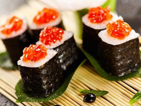 寿司的吃法,鱼子酱寿司,适合夏天吃的美食,一压一卷一切,好吃又好做