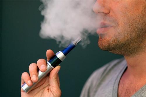 吸电子烟和香烟,到底哪一个危害更大?专家的回答,让人哑口无言
