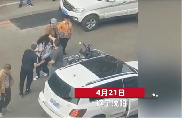奔驰s上出来两位小伙伸出手猛扇女人,女子被打得流鼻血直流电