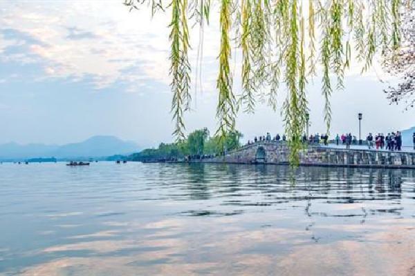 西湖的诗,白居易写西湖天下无双,二百多年后苏轼挑战一首,同样是千古名篇