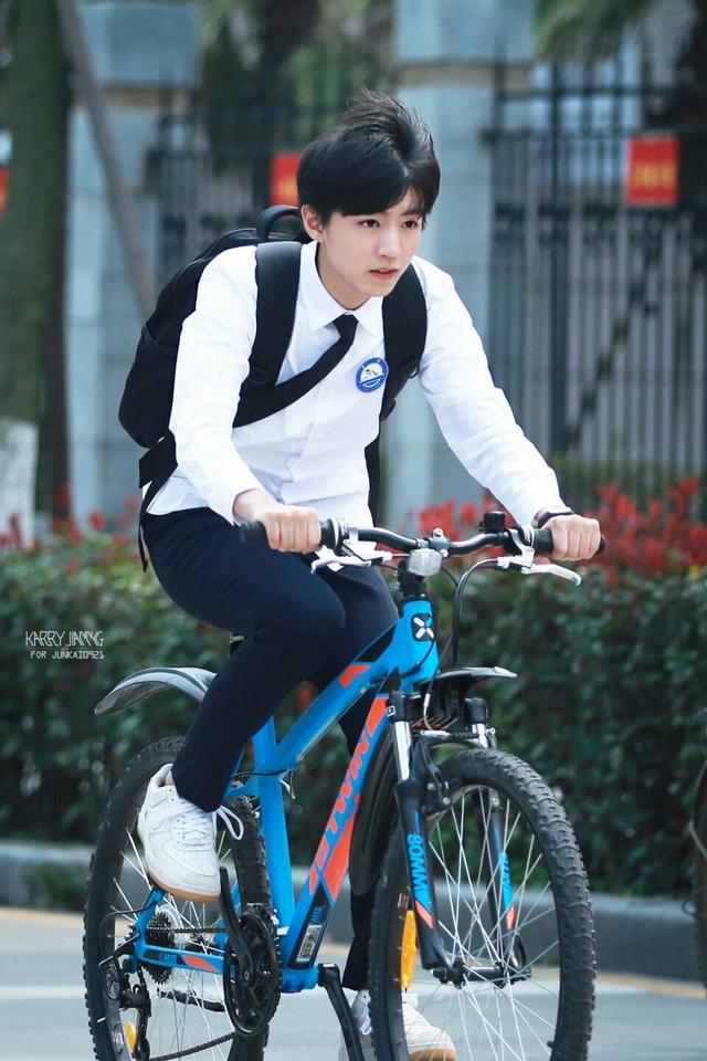 王俊凯图片大全最帅,「TFBOYS」「新闻」190706 王俊凯自行车美图合集帅气来袭,小凯后座等你来承包