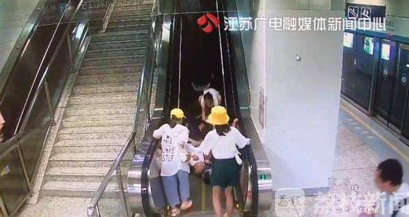 襁褓中的婴儿,一人摔倒带倒身后一大家子!还有一个襁褓中的婴儿……