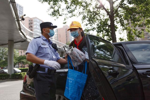 海淀实验小学,记者探访北京海淀实验小学返校复课,学生测体温入校
