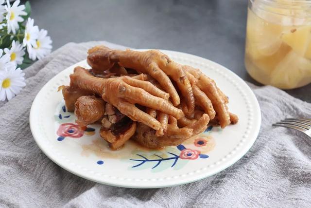 卤鸡爪的做法,香卤鸡爪:简单腌渍一下,电饭煲叮一下就搞定