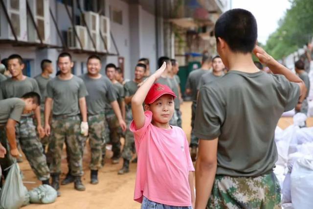 敬礼图片,前线瞬间丨太美了!孩子向抗洪一线战士敬礼