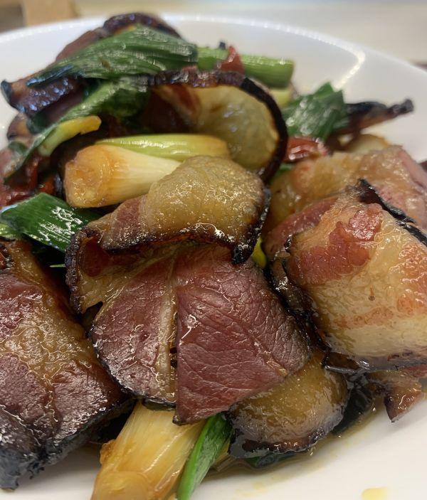 蒜苗炒肉的做法,人气家常下饭菜蒜苗炒腊肉,一秒征服家人的胃