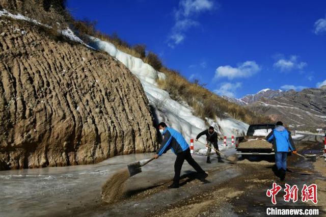 新疆南部天山山脉出现冰瀑 犹如一块羊脂玉 全球新闻风头榜 第5张
