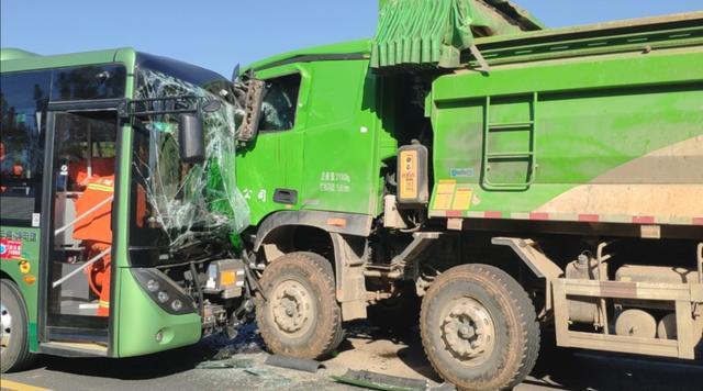 宣城一公交车与渣土车相撞多人被困 消防紧急救援 全球新闻风头榜 第1张