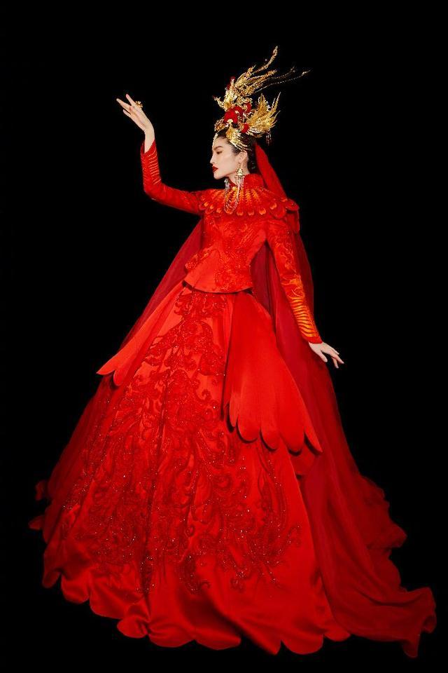 聚焦春晚 | 春晚还是个体力活?超模何穗刚刚穿的那套中国红礼裙重达80斤