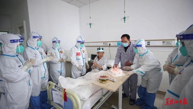 """长辈生日快乐祝福语,感动!一群""""大白""""在隔离病房为94岁奶奶别样庆生"""