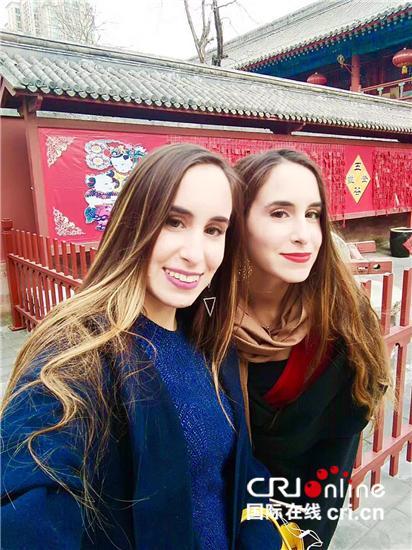 2013年祝福语,致力于中希文化交流的希腊姐妹花 祝福中国朋友牛年大吉