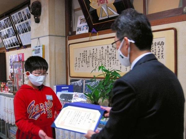 """小学五年级,日本小学五年级学生发明""""可传递笑容的透明口罩""""获发明大奖"""