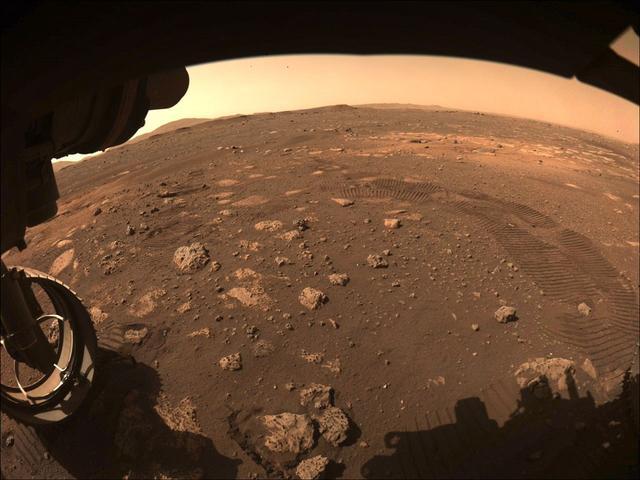 """""""毅力号""""完成首次火星行走 移动距离6.5米"""