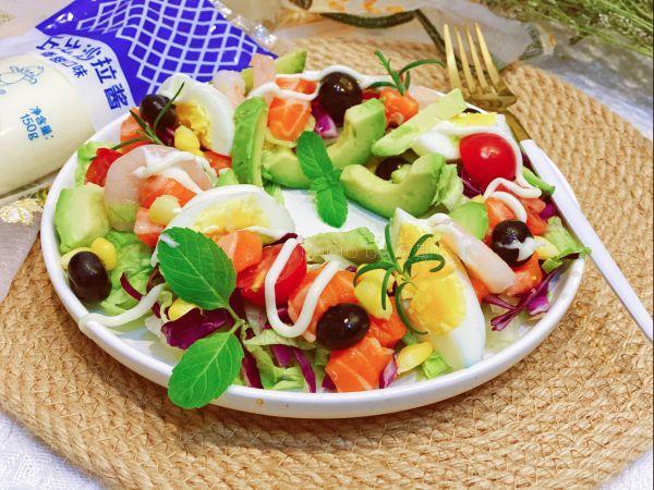 藜麦的正确吃法,#321沙拉日#三色藜麦牛油果三文鱼花环沙拉