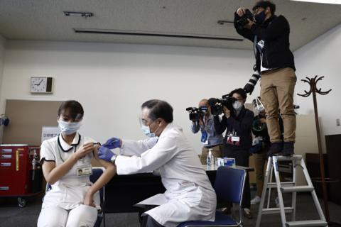 日本医护人员在日本打疫苗新冠预苗(材料图)