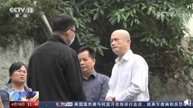 公开通报!督察人员将广西一副市长带到居民家旁排污口:能闻到吗?
