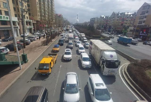 突发!哈尔滨一大货车连撞21车,车祸现场长达1.5公里…… 全球新闻风头榜 第6张