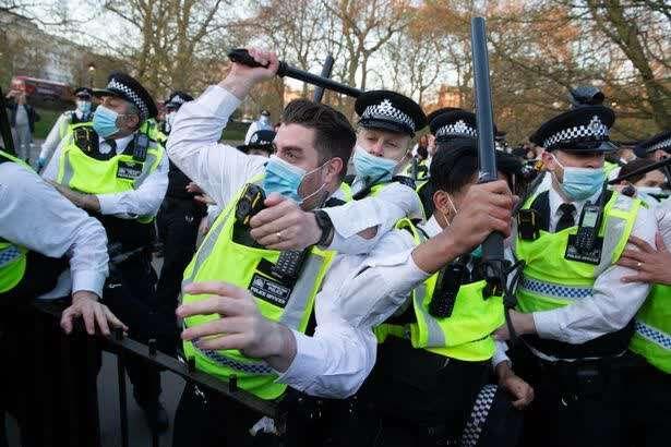 英国爆发反封锁暴力冲突:警察头破血流 和抗议者扭打一团 全球新闻风头榜 第1张