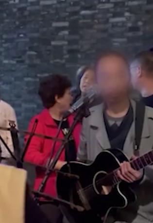 杭州流浪歌手卖唱被保安驱赶,清华教授为其发声,网友:文化人讲话就是不一样 全球新闻风头榜 第3张