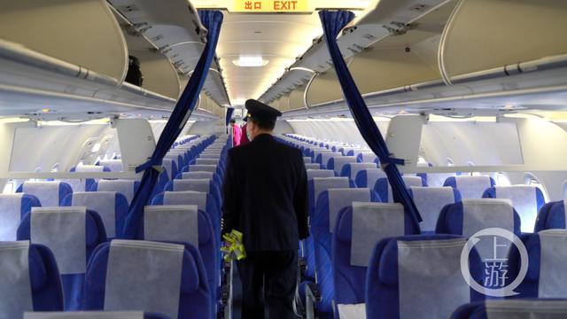 老机长飞行生涯的最后一班岗 收到了42朵鲜花 全球新闻风头榜 第3张