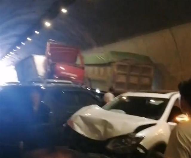 高速隧道内8车相撞,4人死亡 全球新闻风头榜 第1张