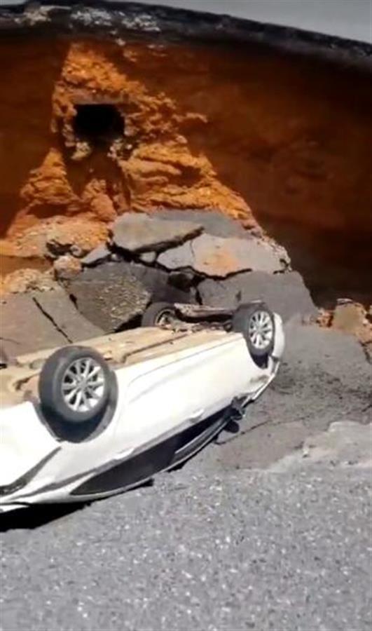 江西吉安一路面塌陷,一辆轿车翻落深坑 全球新闻风头榜 第2张