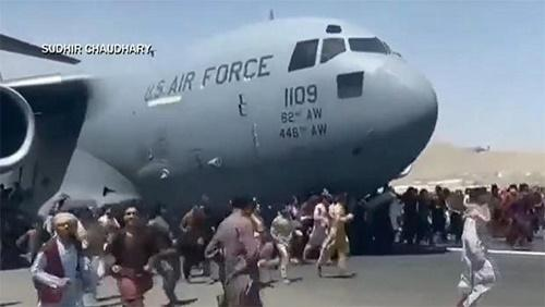 CBS:从阿富汗撤人美军运输机起落架舱内发现人体残骸 机场混乱局面不堪直视