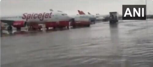 突发!新德里机场被淹 全球新闻风头榜 第2张