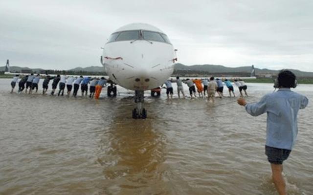 """机场被淹,印网友传推飞机图大赞""""德里精神"""",印媒:那是14年前中国老照片… 全球新闻风头榜 第1张"""