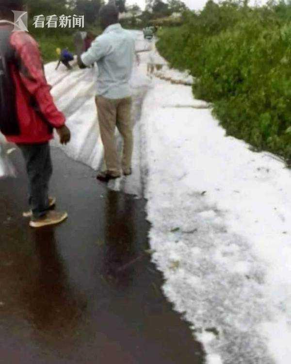 非洲赤道国家居然下雪了 男女老少穿短袖玩疯了 全球新闻风头榜 第3张
