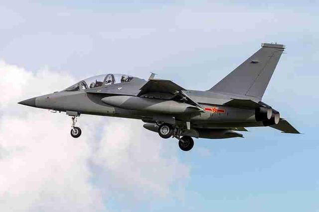 歼-16D、教-10抵达广东珠海航展馆