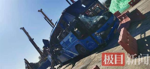 河北平山县落水大巴已打捞出水,车身挤压变形,车头受损严重 全球新闻风头榜 第2张