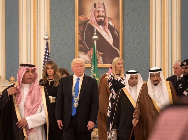 尴尬!美媒爆料:特朗普访沙特期间收到的部分皮草礼物是赝品……