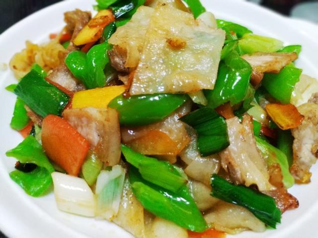 煎饼的吃法,普通煎饼也能吃得有滋有味,和五花肉一起炒,香辣筋道,超级下饭