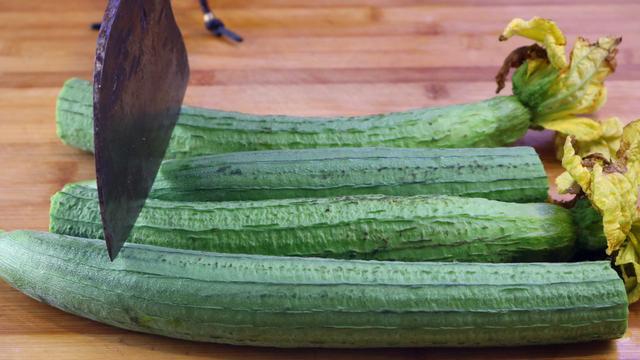 丝瓜的吃法,丝瓜最好吃做法,好吃过瘾,一次做4根,上桌就抢吃光