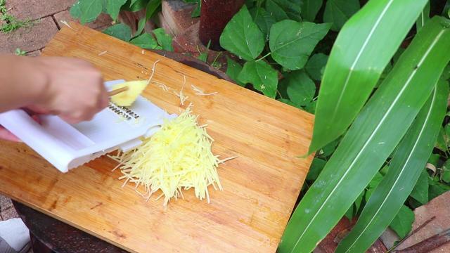 土豆丝饼的做法,教你土豆丝饼新做法,营养好吃不油腻,简单易学,全家都爱吃