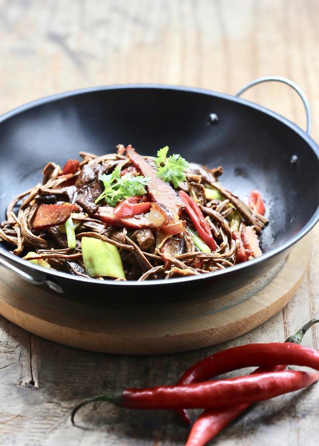 干菇的吃法,干茶树菇冷水泡还是热水泡?饭店的鲜香劲道,原来大厨是这样做的